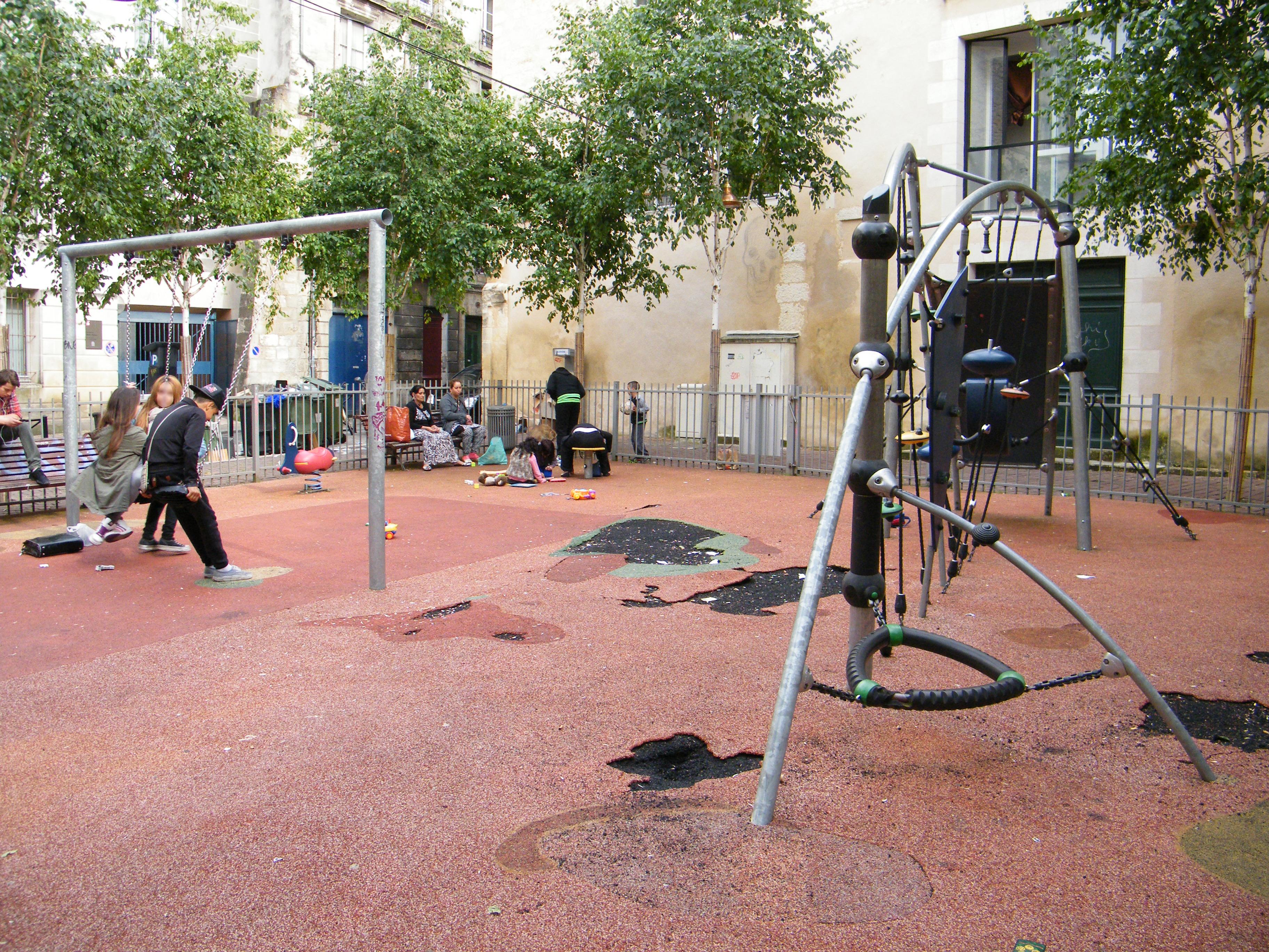 Au square Jean Bureau, le revêtement du sol est devenu au fil du temps un véritable gruyère
